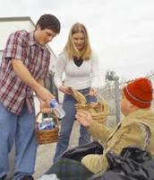 Vamos dar comida a la gente pobre.