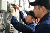 Who does an electrician report to, and who reports important stuff to the electrician?