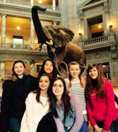 Mis amigas y yo tomamos un foto en el museo de Historia Natural.