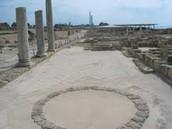 זה היה מקום שהיו שם עמודים עתיקים המדריכה סיפרה לנו אליהם