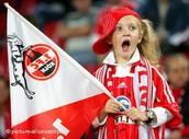 Wir bereiten für die Fußballspiel, Make-up, Schals ... alles zu jubeln !
