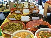 זיתים כבושים מסוגים שונים בדוכן בשוק