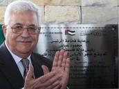 אבו מאזן מצטלם עם שלט שישמש את שגרירות פלסטין בברזיל