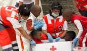 La Cruz Roja Ayudando ah rescatar unos niños