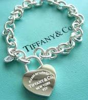 los la Tiffany and Co. mediana del color plata. Gastar $100- cien dólares