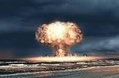 מבנה של פצצה המשתמשת בפירוק גרעיני של אורניום ופלוטוניום