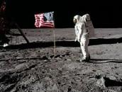איך הדגל מתנופף ברוח כשאין אטמוספירה?