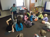 Srta. Molly Cook (gr. 1) engaging her students in a read aloud