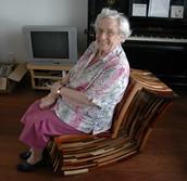 Oma op mijn stoel...