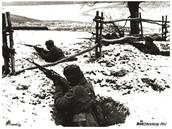 Советские солдаты отражают атаку немцев на подступах к Москве