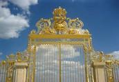 Les Portes de Versailles ont ete demolis pendant la revolution. Les Portes restauree apres deux cents ans.