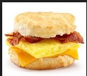 el tocino, los huevos y el queso sándwich.