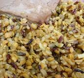 מנה עם אורז בר ועדשים כתומות.