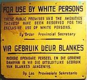 -Nell'immagine, un cartello che segna il divieto di accesso ai neri in un locale risalente agli anni dell'Apartheid-