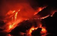 Lavaen løber ned af en skjoldvulkan