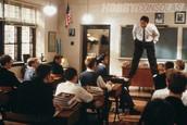 Escena donde el profesor alienta a sus alumnos.