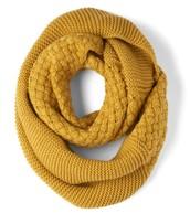 La bufanda amarilla cuesta $10 dólares.