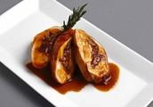 Lomo de cerdo relleno de espinaca y pasa en una salsa de tamarindo.