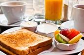El pan tostado con frutas y el jugo de naranja(Doscientos-200)