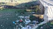 La basura obstruye a los canales