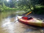 Debes navegar el rio en el kayac.