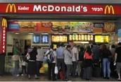 סניף בתל אביב של רשת המזון המהיר מקדולנדס כתהליך של אמריקניזציה שמציפים את העולם