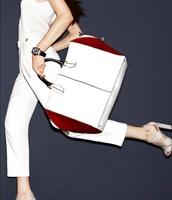 pantalone i bela torba sa kontrastom