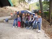 Ucenici sa direktorkom i nastavnicom  na Jarmovackom potoku
