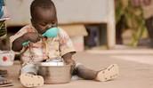 El pequeno bebè bebe agua limpia.