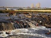 ¿con que se contaminan rios, mares y lagos?