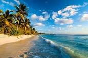 Camina por la playa privada.