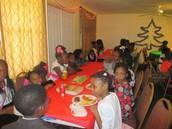 Une table des enfants qui s'amusent bien en dégustant la nourriture préparée pour eux pour la circonstance