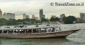 זאת סירת נהר על רקע העיר
