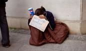 Gente sin hogar y hombre.