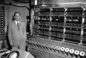 Von Neumann ante una de las unidades de trabajo del ENIAC