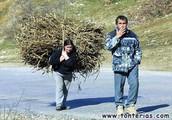 dejar que la mujer realiza trabajos duros mientras el hombre descansa