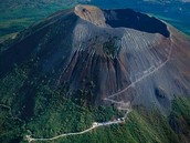 How are mount vesuvius and the the movie volcano similar and diferent?