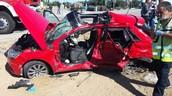תמונה של המכונית לאחר שמשאית פגעה בה.