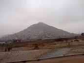 El cerro con su muro