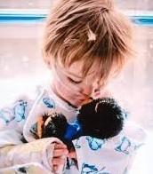 bebé jugando con un nuevo oso de peluche