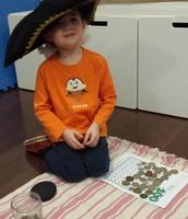 El pirata Xavier contando sus 100 monedas de oro