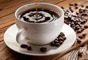 Un café avec le sucre et du lait.