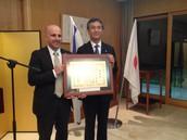 """ד""""ר ניסים אוטמזגין, ראש החוג ללימודי אסיה באוניברסיטה העברית מקבל את הפרס משגריר יפן בישראל, מר מצוטומי"""