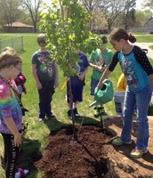 4th graders planting tree on Earth Day