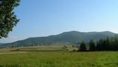 To jedna z najbardziej malowniczych wiosek położonych pod górami w województwie małopolskim.