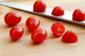 Yo corto los tomates con un cuchillo