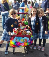 The Kindergarteners Pose with their Float!!