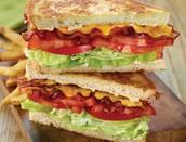 un sándwich de bacon, lechuga, y tomate (BLT)