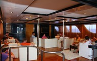 Верхний салон корабля - уютная кают-компания, где можно посидеть с друзьями, погонять чаек и отдохнуть до или после погружения.