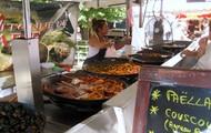 Preparing fresh food at a Farmer's Market